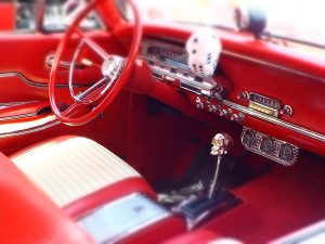 Servicios taller Interior of a red hot rod with skull gear shifter